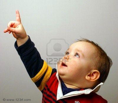 3888278-un-bambino-mostra-interesse-a-qualcosa-puntando-il-dito-in-aria.jpg